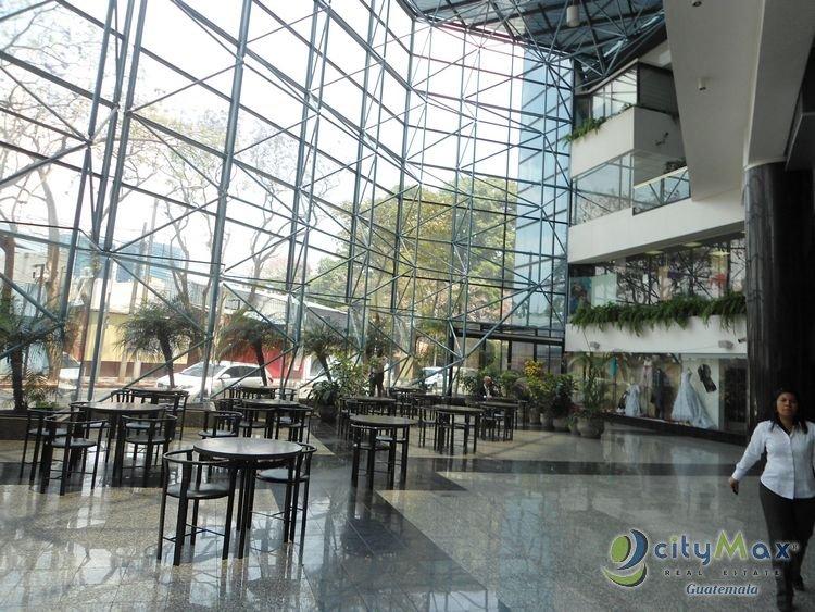 Rento local comercial en centro comercial en zona 10