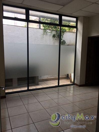 Amplio Oficina  en renta en edificio zona 9