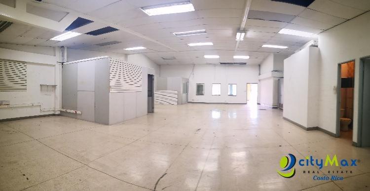 Alquiler de local comercial en Sabana Sur 330m² 4 parqu