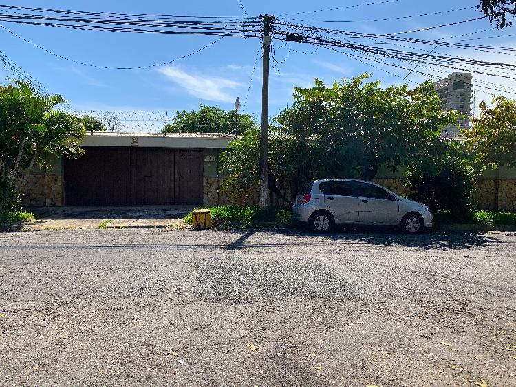 San Benito, casa de un nivel, venta o alquiler.